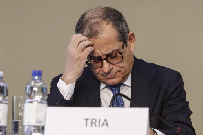 Pil, Tria contestato: 'C'è battuta d'arresto più che recessione'