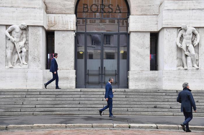 Borsa:Milano prosegue in calo con banche