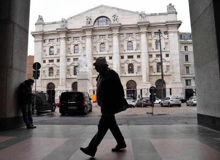 Borsa: Milano gira in calo con Tim