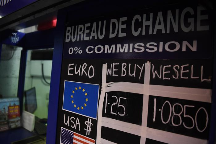 Cambi: euro sale a 1,125 dollari