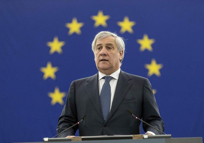 Bufera al Pe per gli elogi a Mussolini, Tajani si scusa