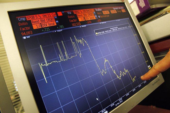 Spread cala a 236 punti, tasso Btp 2,44%, minimo da maggio