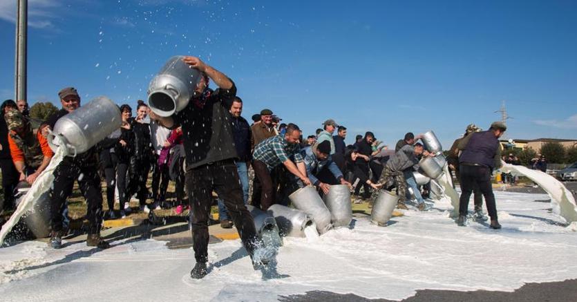 Sardegna, i pastori alla guerra del latte: «Pronti a bloccare le elezioni»