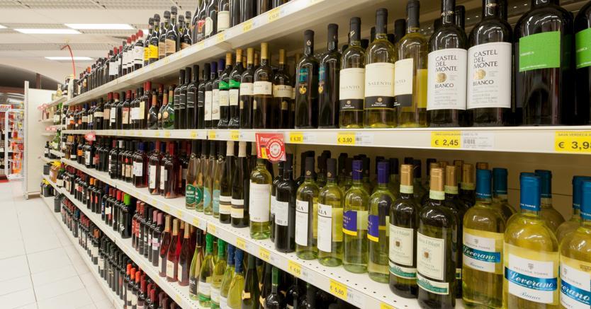 Un carrello della spesa pieno di vini Doc, bio, spumanti e a marca privata