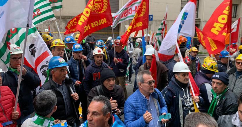 Ex Alcoa, il nodo energia blocca l'assunzione di 100 persone. Operai in presidio davanti al Mise
