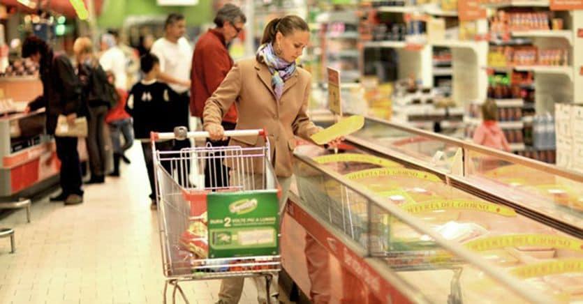 Consumi giù, la classe media fa la spesa al discount