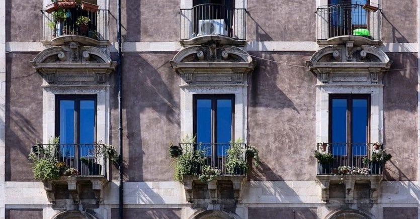 Casa, bonus facciate o ecobonus? Le agevolazioni per i lavori su balconi, tende e intonaci
