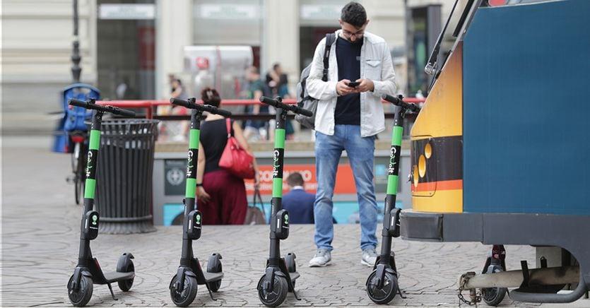 Monopattini come biciclette: ecco le regole per circolare in strada
