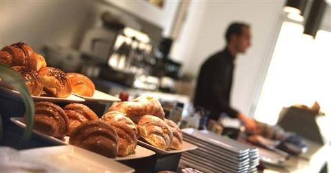 Ristorazione: nei centri storici i bar cedono il posto a paninoteche, kebab e «finti» take away