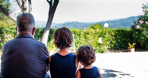 No all'affido al padre che «parcheggia» i figli dai nonni