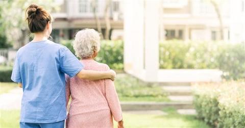 Badanti dall'Est: servono posti per la quarantena Covid fuori dalle case degli anziani. Pressing dei datori domestici