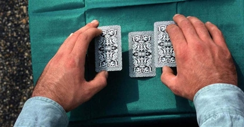 Via libera al gioco delle tre carte se improvvisato con banchetto e due «compari»
