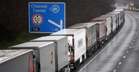 Nel Kent, tra treni e camion bloccati, Boris fa le prove generali di Hard Brexit