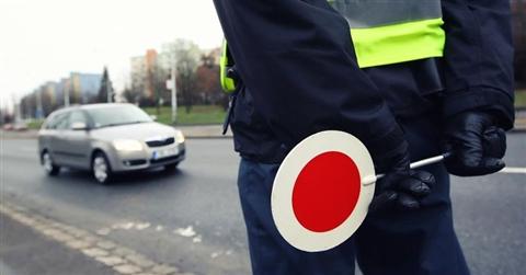 Falso e abuso d'ufficio per l'agente della stradale che annulla ai carabinieri la multa per eccesso di velocità